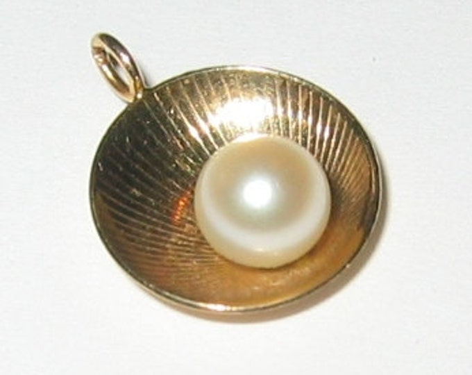 "14K Solid Yellow Gold, ""Unisex"" Sea Shell Pendent or Charm, With Genuine Pearl Center.."