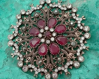 Vittoriano style red brooch