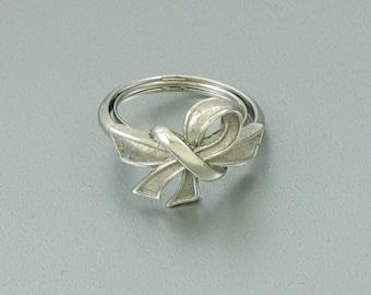 Vintage AVON 'Beau Knot' Silvertone Bow Ring (1975) with original box. Adjustable Size Ring Size 8.5. Vintage Avon Ring. Ribbon Shaped Ring