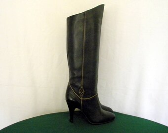 Sz 6B Vintage tall black leather 1980s high heel women walking boots.