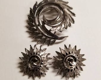 Vintage Abstract Swirl Silver Tone Brooch and Clip Earrings Modernist Jewelry Set Spiked Vine and Flower Design