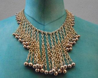 Vintage collana  metallo dorato, con perle sferiche di metallo lucido. Anno 1980