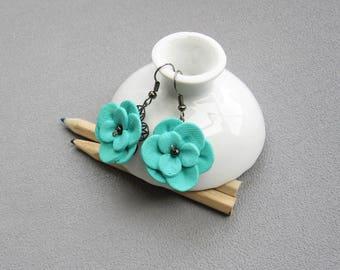 Boucles d'oreilles fleurs vert menthe posées sur une estampe en métal, boucles d'oreilles baroques romantiques, fleur en relief pâte fimo