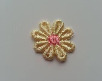 fleur en dentelle jaune et pêche   30mm