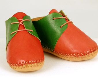 Baby Moccasins. Red and green Moccasins . Leather Moccasins. Baby Moccs. Baby shoes with soft sole. Bow Moccasins. Newborn Moccasins.