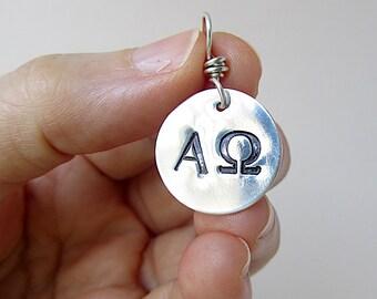 Alpha et OMEGA Christian breloque en argent fin.  Source d'inspiration bijoux fabriquées à la main.  Charme de lettres grecques.