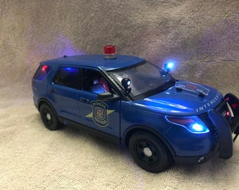 1/18 scale die-cast michigan state police ford explorer die-cast model replica with working lights and siren