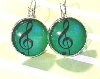 Green Treble clef glass cabochon earrings - 16mm