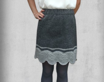 Knitted skirt in two grey nuances and with wave edge