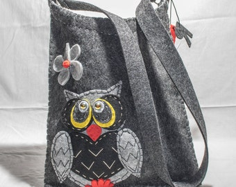 Felt bag with owl decoration and pendant letter