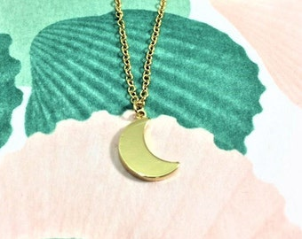 Gold crescent moon pendant necklace