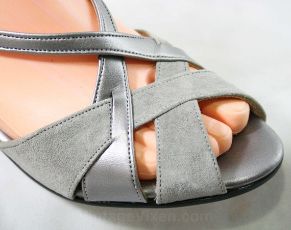 Metallic 43219 Size M Gray Peep Silver Style 7 1 Puppies Shoes Suede Deadstock Deco Toe Slingback amp; Hush Sandals 70s 1970s tSYHx