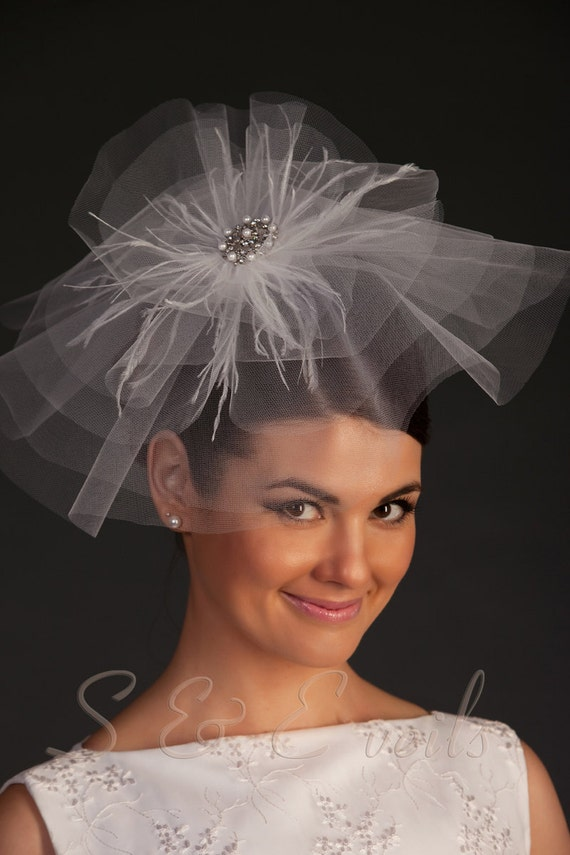Bridal head accessory with brooch and feathers
