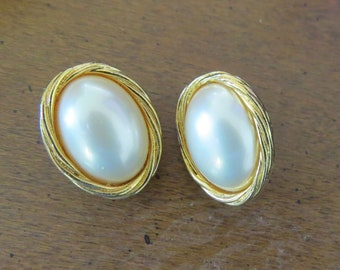 Estate find Signed MARVELLA MABE PEARL Gold tone Clip On Earrings