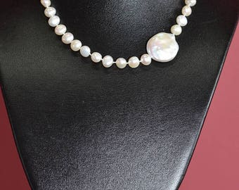 Necklace in knotted freshwater pearls