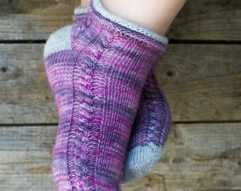 Alexis, pattern of knit socks, starting with the toe with the heel in shortened rows. ENGLISH AND FRENCH