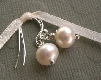 Klassische Perle Ohrringe, Süßwasser Perlen Ohrringe, kleine Ohrringe, silberne Ohrringe, weiße Perle Ohrringe, Elfenbein Perlen Ohrringe,