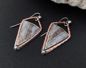 Les boucles d'oreilles Agate Crazy Lace, Triangle mixte métal Metalsmith cuivre et argent Sterling Dangles, Unique Boho Chic boucles d'oreilles marron crème