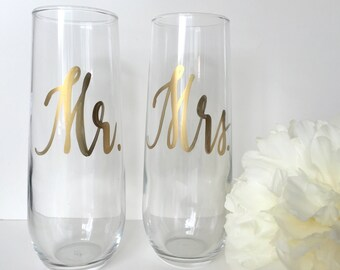 Mr. & Mrs. toasting flutes . Bride + Groom champagne glasses . Engagement gift . Bridal Shower gift.