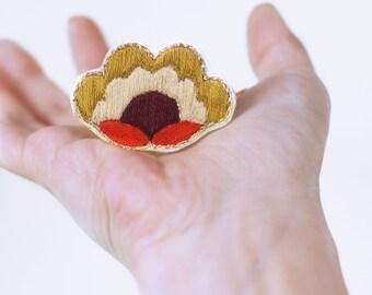 """Disponible en deux couleurs Broche brodée """"Les Précieuses"""", broderie main,fleur vintage brodée, broche colorée"""