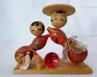 VJ477 : Kokeshi doll, Vintage Japanese lacquer wood Pair of Kokeshi dolls on stand, signed, Handcrafted in Japan