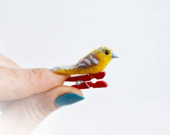 So cuuuute felt Bird brooch- Baltimore oriole(female) for Happyness and Fun:-) Fully handmade and unique gift. Cheep and nice!