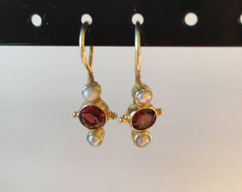 Pearl & garnet earring
