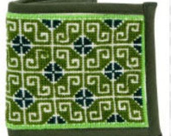 Embroidered wallet made by Wixaritari