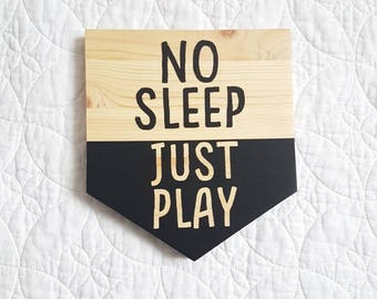 Wooden wall plaque 'No sleep Just play'