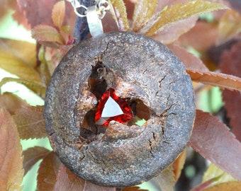 Collar y colgante semilla de eucalipto con granate trilliant en plata de ley
