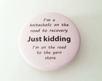 """1.50"""" Pinback button """"I'm a knitacholic on the road to recovery"""""""