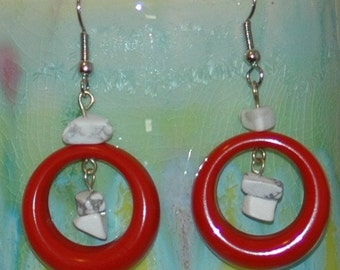 Red hoops and howlite chips earrings