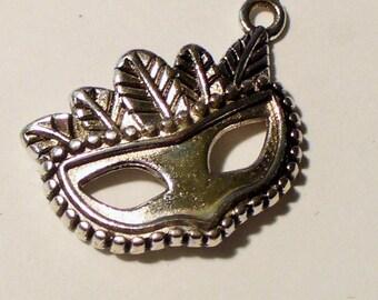1 MB302 20x15mm silver Venetian mask charm