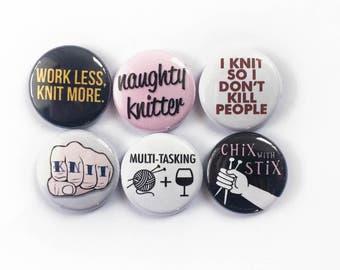 Snarky stricken Stifte oder Magnete für Strickerinnen | Kleines Geschenk für eine Strickerin | Dekorieren Sie Ihre Stricken Tasche