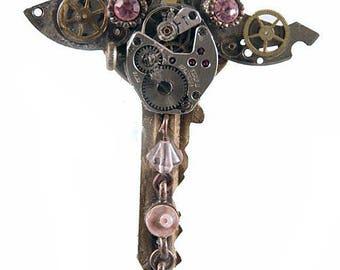Steampunk key on shiny wings / Steampunk Schlüssel mit schummrigen Flügeln