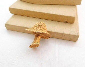 Vintage Retro Small Yellow Gold Tone Detailed Mushroom Brooch Pin D3