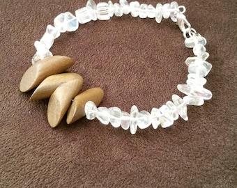 Tribal beaded bracelet for women - Stack beaded bracelet - Boho wood claw bracelet - White glass chips beaded bracelet - Wire stack bracelet