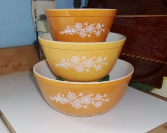Pyrex butterfly gold 3 pc Mixing Set