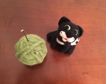 Needle felted Cat and Ball Pincushion, Felt Pincushion, Cute cat pincushion, Sewing accessory, Cat home decor, Cat lover gift, Cute kitty
