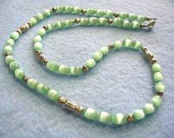 Néon lumineux Lime vert collier, bijoux en perles vert brillant, mystique bijoux, collier fait à la main simple brin