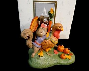 Avon carrousel au pays des merveilles Miniatures Collection - Hold On Tight - Turquie & écureuils, 1993 ~ ~ MIB