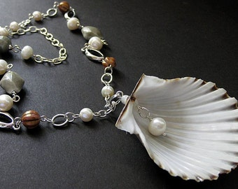 Sea Shell Necklace. Seashell Necklace. Fresh Water Pearl Necklace. Beach Necklace. Ocean Necklace. Handmade Necklace. Handmade Jewelry.