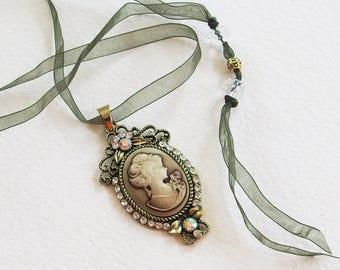Collier Camée Romantique Shabby - Camée, Strass, Métal bronze, Ruban Organza, Perles Verre - Bijou créateur, fait main, pièce unique
