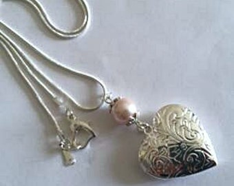"""Necklace """"picture holder"""" heart with pale pink pearl 925 silver plated chain."""
