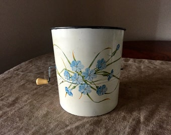 VINTAGE floral Pattern WILLOW flour sifter. Made in Australia by WILLOW. Vintage French kitchen.