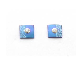 Titanium earstuds, no allergies! Available in different colours