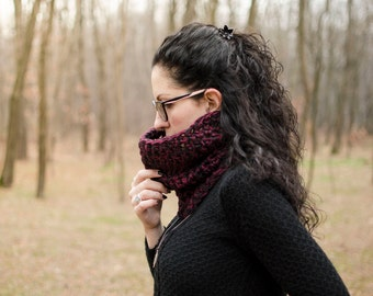 """Knitted two-tone crochet mod. """"Hellebore""""-black and burgundy, mixed wool"""