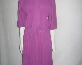 Vintage More Promises Made In USA 100% Polyester Mauve Tie Neck Pleated Blouson Elastic Waist 3/4 Puff Sleeve Belted Secretary Disco Dress