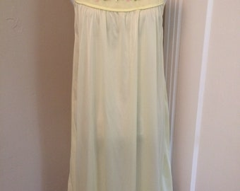 Vintage women's 1970's buttery yellow slip/nighty. Size large