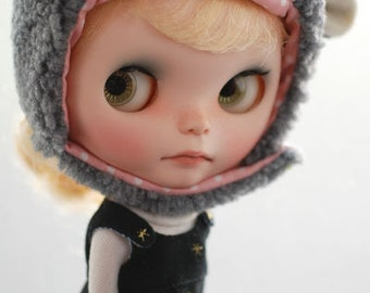 Blythe animal hat with fur chin strap - snowy grey sheep